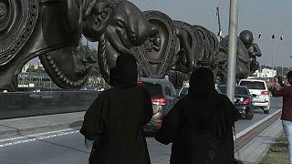 14 riesige Uterus-Skulpturen erregen in Katar Aufsehen