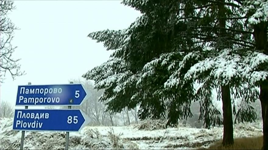 Straßenschilder nach Pamporovo und Plovdiv vor verschneiten Bäumen
