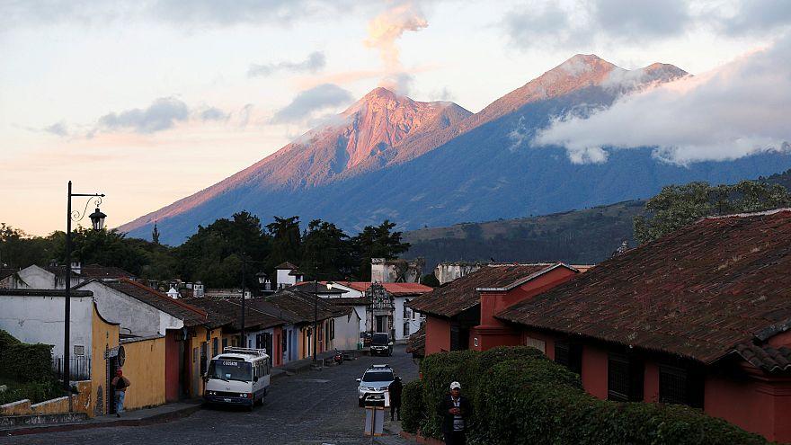 Vulcão de Fogo entra em erupção