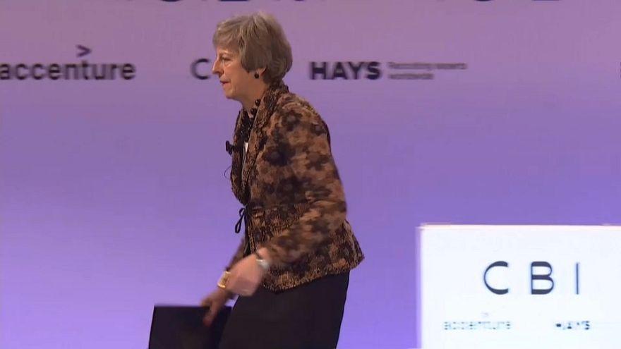 Theresa May difende la Brexit davanti agli imprenditori britannici