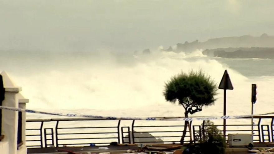 Olas de hasta 6 metros que alcanzaron los balcones en Tenerife