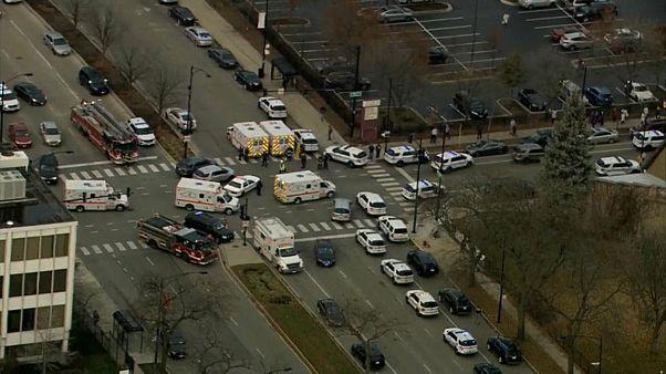 Krankenwagen und Polizeiautos auf Kreuzung aus Vogelperspektive