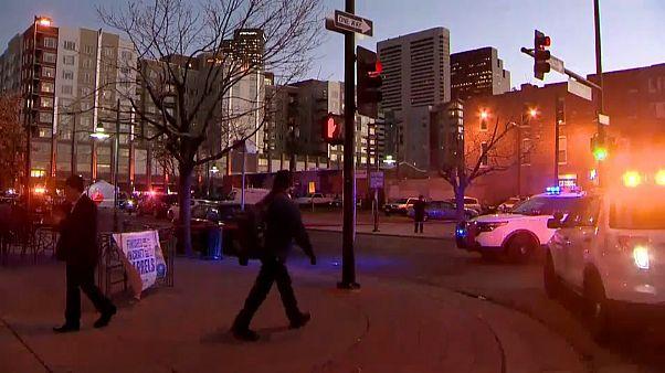 Straßenecke in Denver mit Polizeiautos