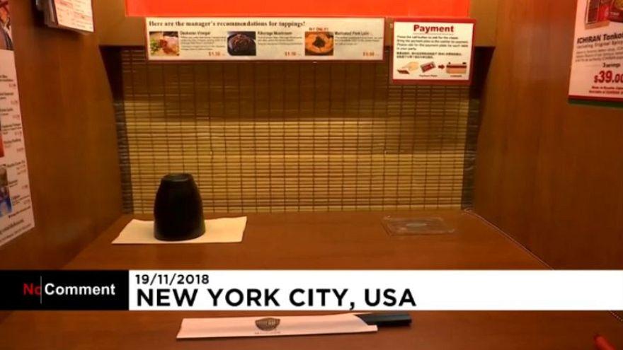 رستورانی با کابینهای تک نفره برای خوردن غذا در تنهایی