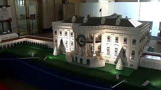 شاهد: مجسمٌ لمبنى البيت الأبيض وقد تزيّن بحلي أعياد الميلاد