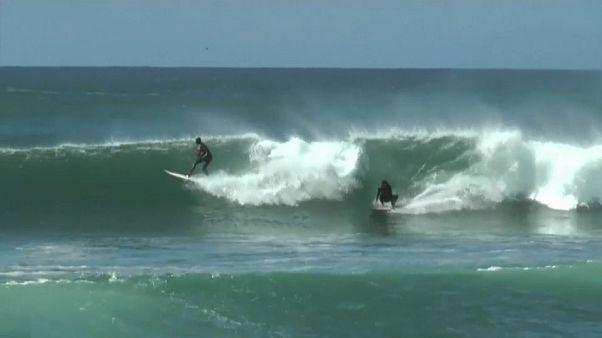 La houle exceptionnelle à Dakar fait le bonheur des surfeurs