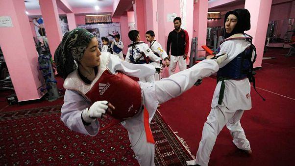 زنان در باشگاهی در کابل در حال تمرین تکواندو هستند