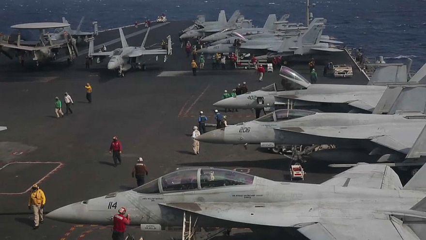 """حاملة الطائرات الأميركية """"يو أس أس رونالد ريغان"""" في ميناء هونغ كونغ"""