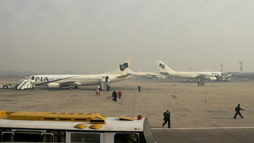 شاهد: مسافر باكستاني غاضب يضرم النار في أمتعته داخل المطار بعد إلغاء رحلته