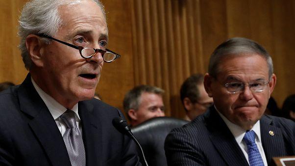 السناتور الجمهوري بوب كوركر (في اليسار) والسناتور الديمقراطي بوب منينديز