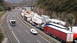 Miles de camiones españoles atrapados por las protestas en Francia