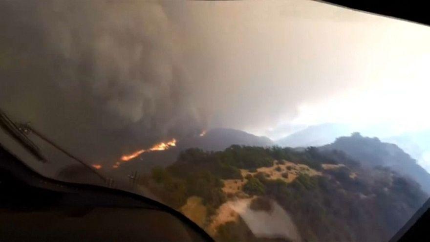 من قمرة الطائرة: عملية إنقاذ على قمة تلال كاليفورنيا المحروقة