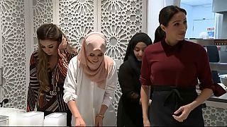 شاهد: دوقة ساسيكس ميغان ماركل تطبخ في مركز المنار للتراث الثقافي الإسلامي