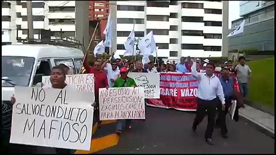 A volt elnök menedékkérelme ellen tüntettek Peruban