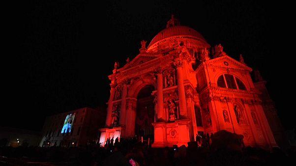Venedik kenti zulme uğrayan Hristiyanlara destek için kırmızı renge büründü