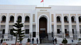 تونسيون يقفون خارج قصر العدالة المغلق بسبب الإضراب الشامل