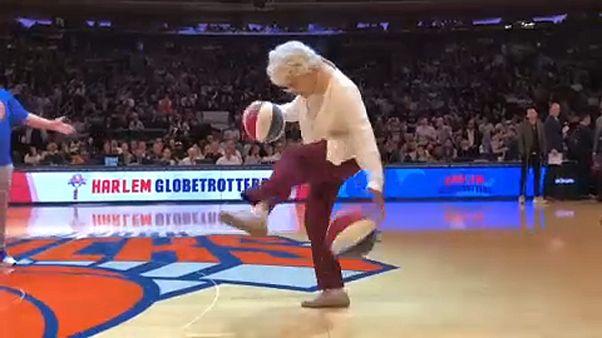 Nagymama kápráztatta el a kosárlabdarajongókat