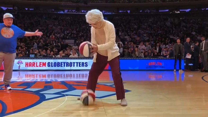 شاهد: اللاعبة الأمريكية هوبز غرين تثير المرح خلال مباراة سلة في نيويورك