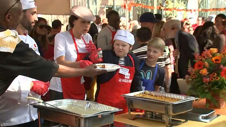 ABD'de ünlüler evsizlere Şükran Günü yemeği hazırlamak için mutfatka