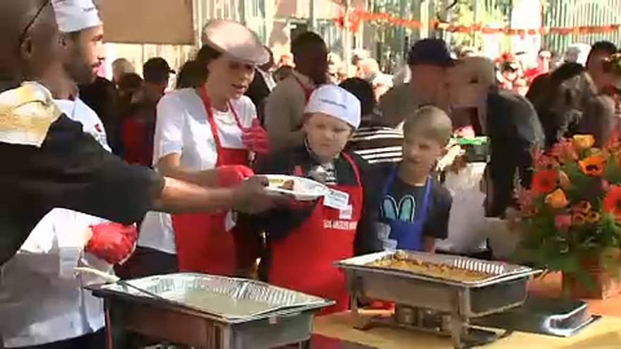 Celebrities serve Thanksgiving dinner to homeless people in LA