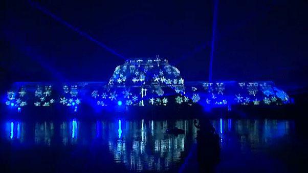Si accendono le luci di Natale ai giardini reali di Kew