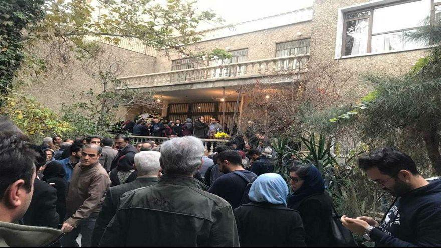 بزرگداشت در سکوت؛ گزارش یورونیوز از مراسم بیستمین سالگرد قتل فروهرها در تهران