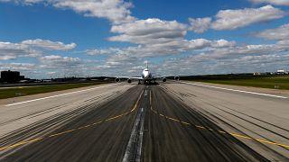 اخترق مدرج مطار موسكو هاربا من الترحيل فصدمته طائرة لحظة الاقلاع