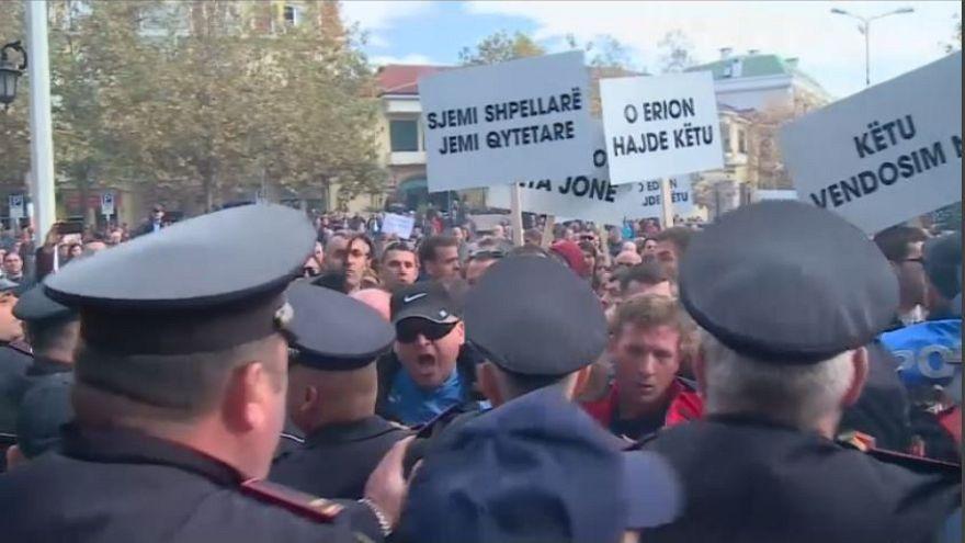 Összecsapások rendőrök és tüntetők között Tiranában