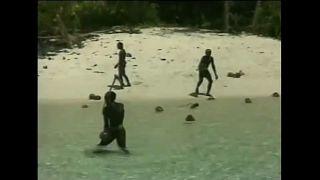 """فيديو: قبيلة هندية """"بدائية"""" تصطاد أمريكياً في جزيرتها"""