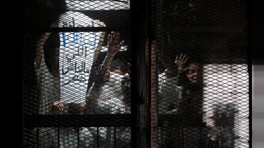 احتجاز نجلة قيادي إخواني وخمسة آخرين في مصر