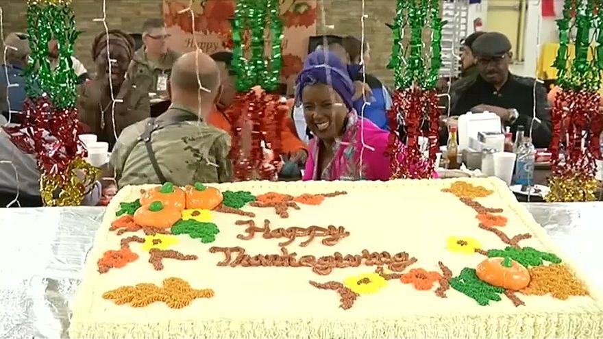شاهد: جنود الناتو يحتفون بعيد الشكر من داخل أفغانستان