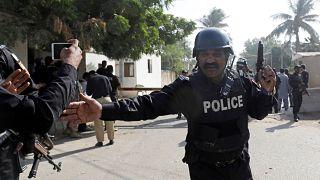 مقتل شرطييْن وثلاثة انتحاريين في هجوم على قنصلية الصين بباكستان
