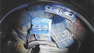 Hollanda polisi çamaşır makinesinden çıkan 350 bin Euro'ya el koydu