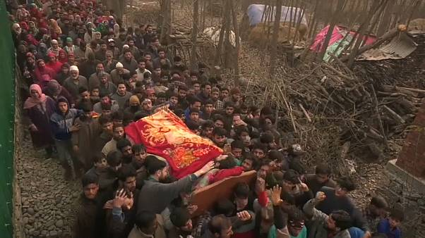 """كشمير: المئات يشيعون جنازة """"مسلحين مسلمين"""" قتلوا على يد الجيش الهندي"""