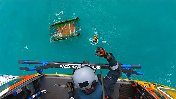 """شاهد: إنقاذ """"سائح أمريكي تقطعت به السبل"""" في عرض البحر"""