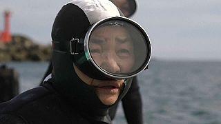 """Японские """"женщины моря"""" преподали урок дайвинга"""