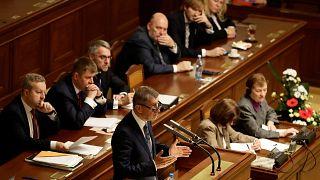 El primer ministro checo, acusado de fraude, supera la moción de censura