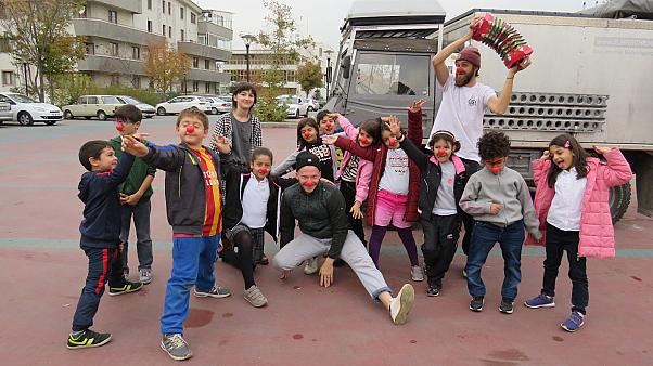 Gezgin sirk gösterisi GoHappy çocukları mutlu etmeyi amaçlıyor
