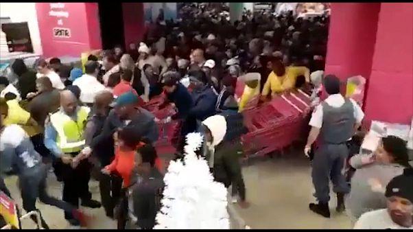 """""""Чёрная пятница"""": в Южной Африке покупатели штурмуют магазины"""