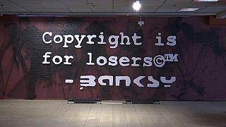 Banksy, ufficiali giudiziari sequestrano mostra a Bruxelles