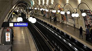 Mother gives birth to baby boy on Paris metro