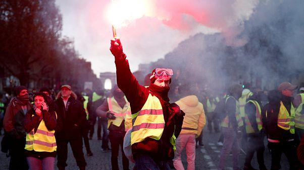 """""""Coletes Amarelos"""" invadem Paris"""
