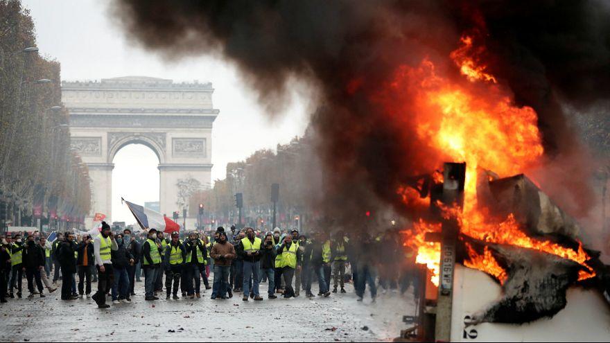 """Um camião em chamas no protesto dos """"coletes amarelos"""" nos Campos Elísios"""