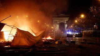Τρομερά επεισόδια στο Παρίσι από τα «κίτρινα γιλέκα»