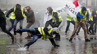 Fransa'da akaryakıt zamlarını protesto eden 'Sarı Yelekliler' Champs-Elysee'yi kapattı
