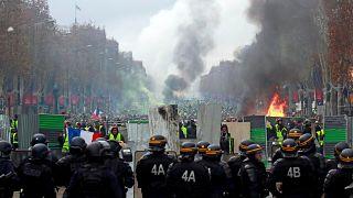 شاهد: هذا حال الشانزليزيه بعد اشتباكات بين الشرطة ومتظاهرين ضد سياسة ماكرون