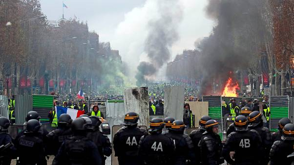 Szélsőjobbosok csaptak össze rendőrökkel Párizsban