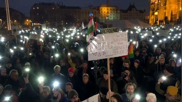Budapest, studenti contro la chiusura dell'ateneo di Soros