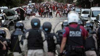Los hinchas de River Plate se enfrentan a la policía antidisturbios.