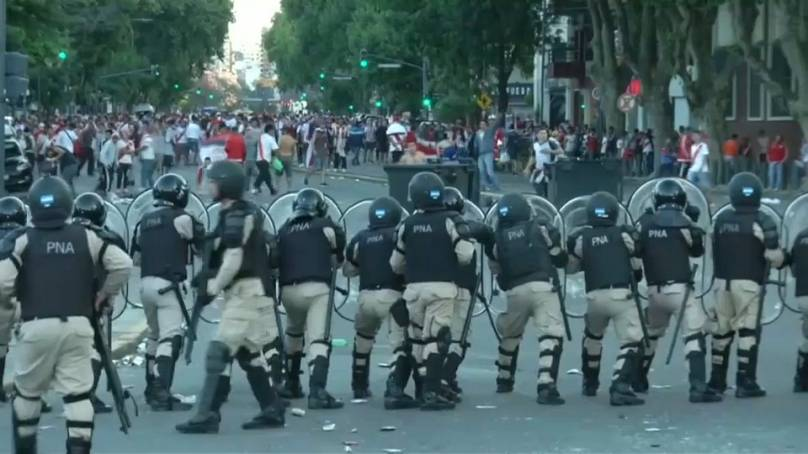 Copa Libertadores, assalto al pullman del Boca: giocatori feriti